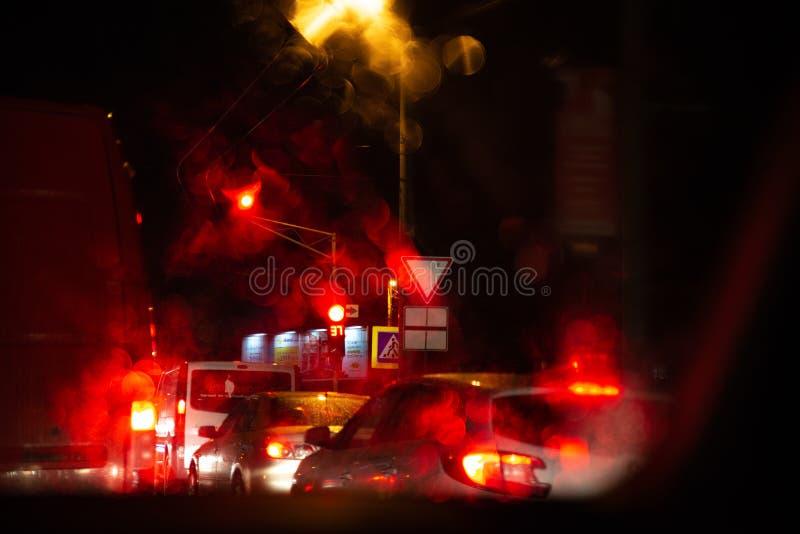 carros dos sinais em estradas de cidade da noite foto de stock royalty free