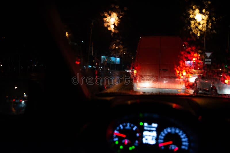 carros dos sinais em estradas de cidade da noite fotografia de stock royalty free