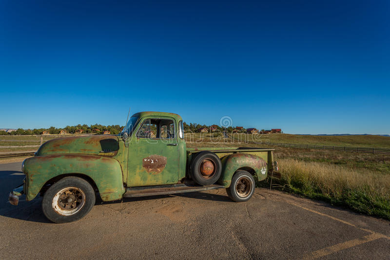 Carros e caminhões clássicos velhos fotos de stock