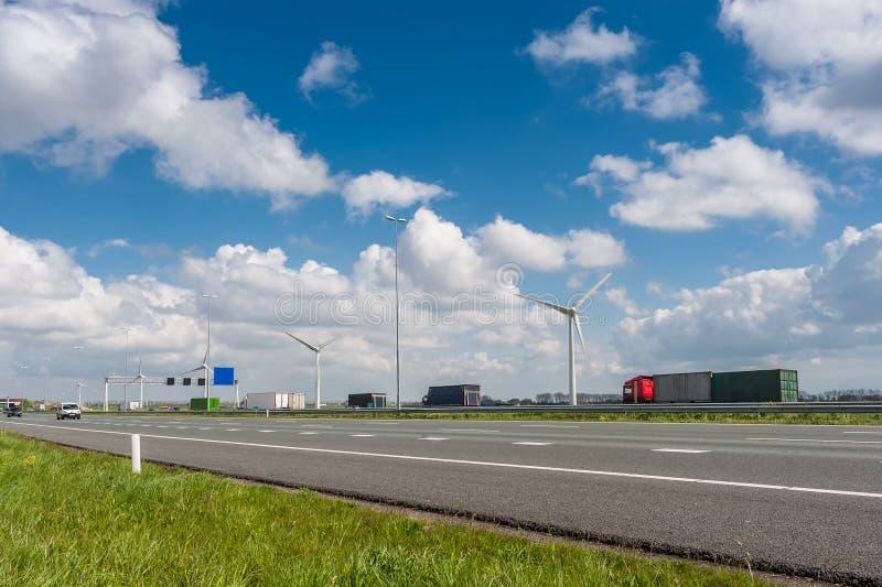 Carros e caminhões na estrada fotografia de stock