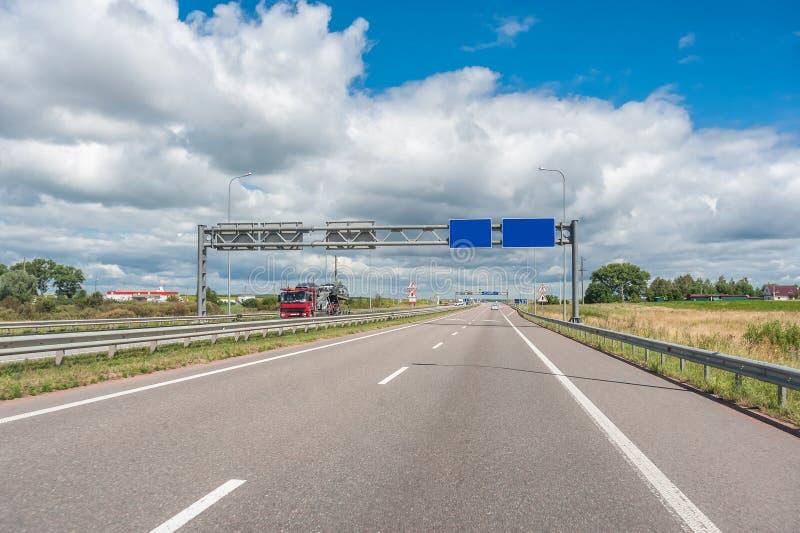 Carros e caminhões na estrada imagens de stock royalty free