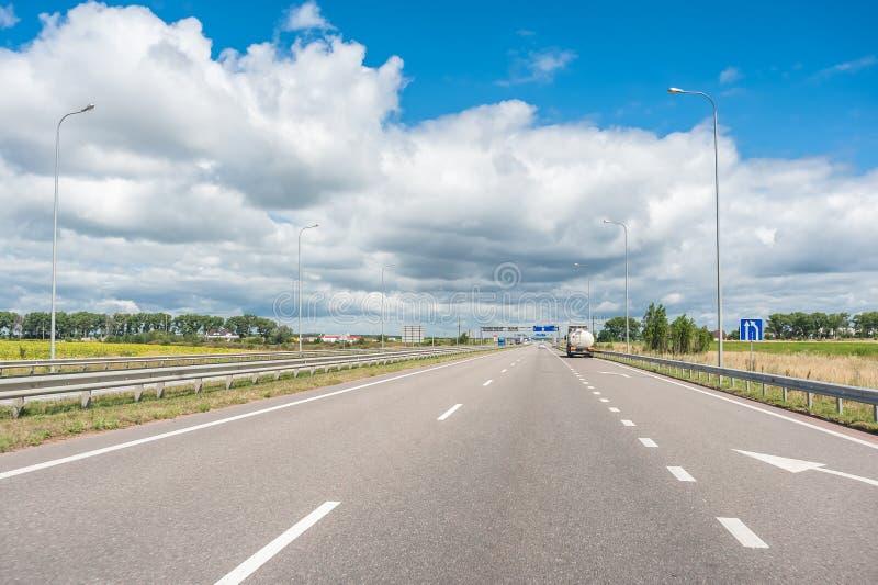Carros e caminhões na estrada fotos de stock