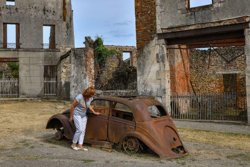 Carros e construções destruídos durante a guerra mundial 2 no sur Glane França de Oradour da cidade imagem de stock royalty free