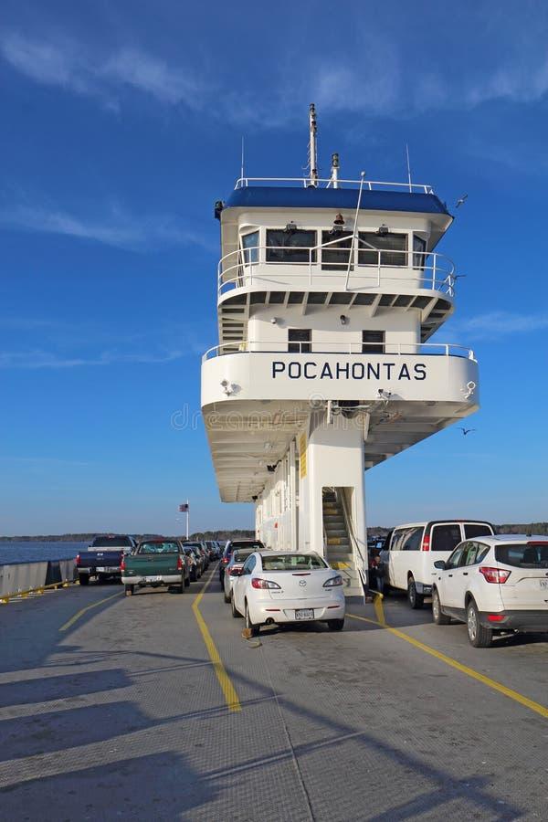 Carros e ponte do ferryboat Pocahontas de Jamestown-Escócia imagens de stock