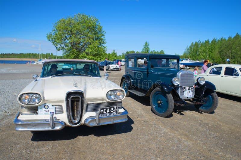 Carros Edsel Citation 1958 e Chevrolet 1928 no transporte retro da parada fotos de stock