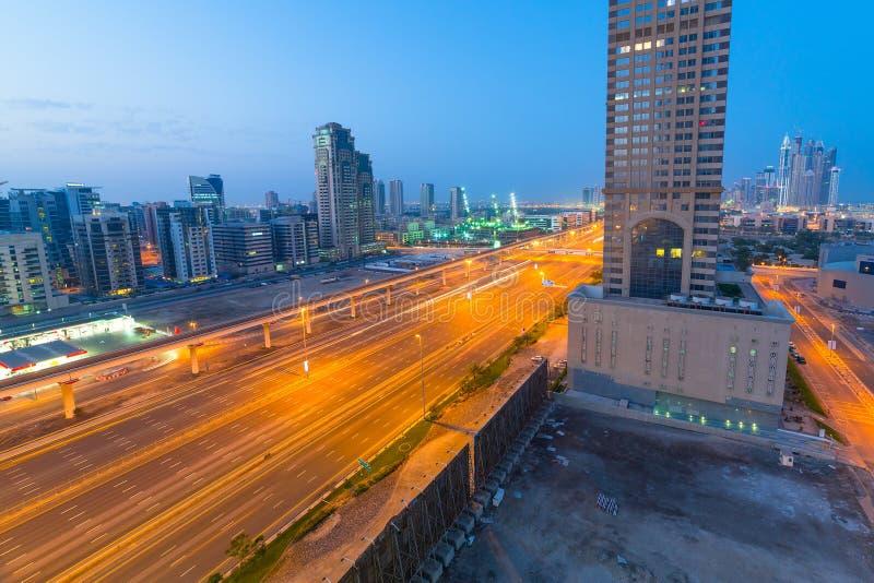 Carros em Sheikh Zayed Road em Dubai fotos de stock