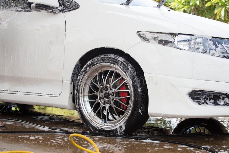 Carros em um carwash fotos de stock royalty free