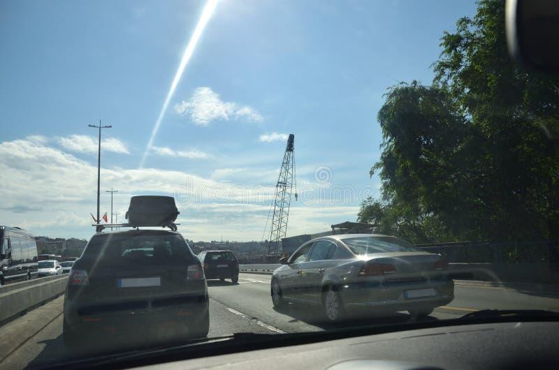 Carros em um tráfego de cidade imagens de stock royalty free
