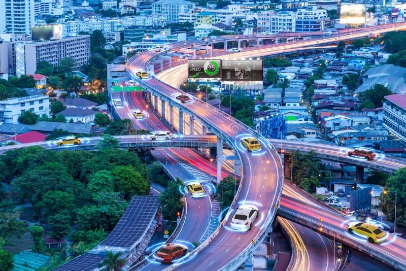 Carros espertos com o sensor automático que conduz na metrópole com conexão sem fio fotografia de stock