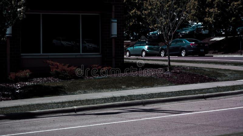 Carros estacionados e alinhados na rua imagens de stock royalty free