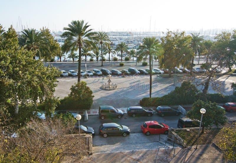 Carros estacionados e escultura marítima foto de stock