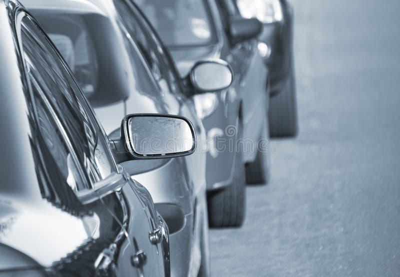 Carros estacionados na rua imagens de stock royalty free