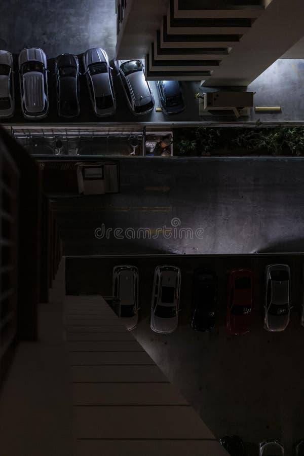 Carros estacionados no parque de estacionamento do hotel imagens de stock royalty free