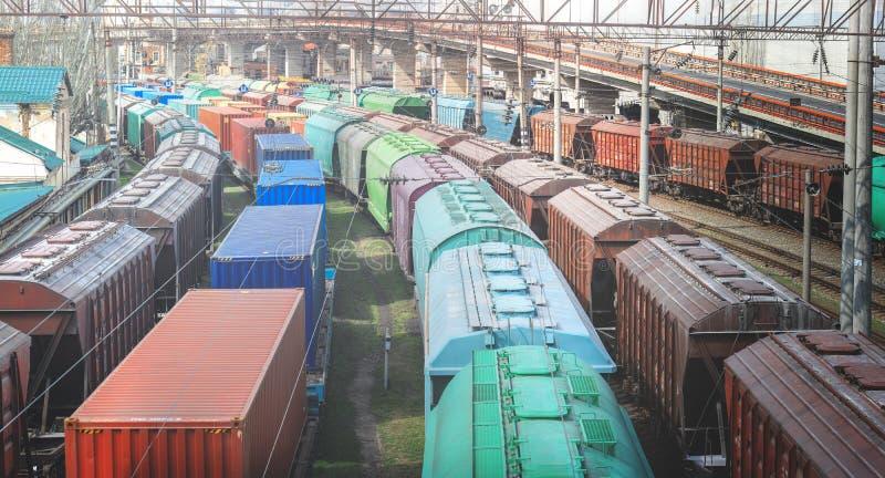 Carros ferroviarios con el cargo del metal y del grano en el puerto de Odessa los trenes están esperando en la cola para el carg fotos de archivo libres de regalías