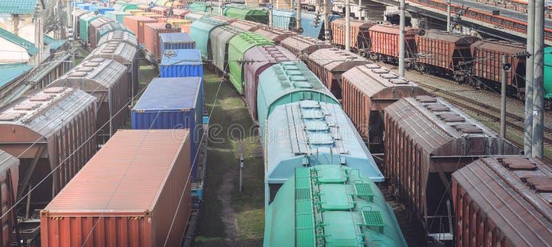 Carros ferroviarios con el cargo del metal y del grano en el puerto de Odessa los trenes están esperando en la cola para el carg fotos de archivo