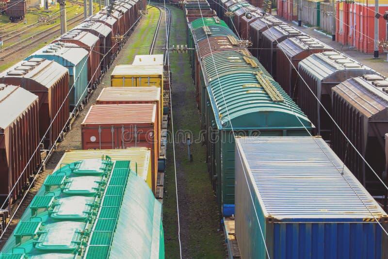 Carros ferroviarios con el cargo del metal y del grano en el puerto de Odessa fotos de archivo libres de regalías