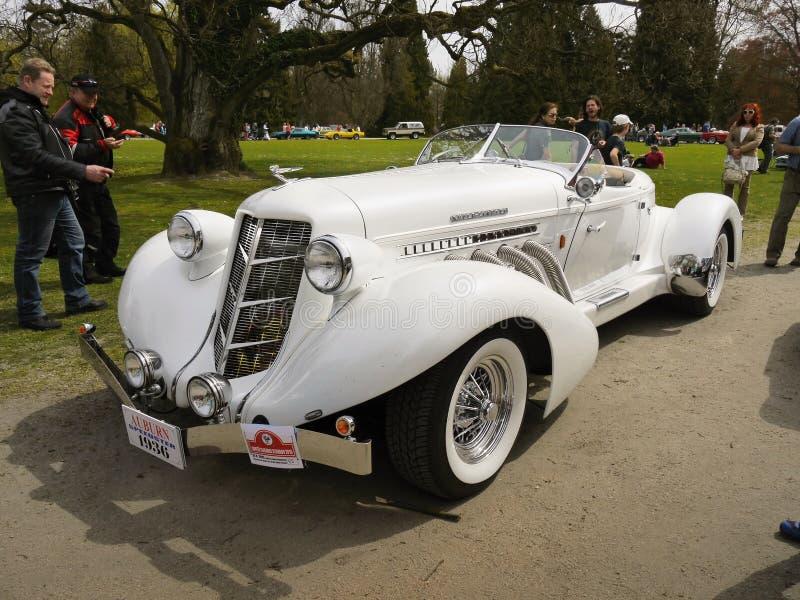 Carros luxuosos clássicos, réplica castanha-aloirada do louco do volante fotos de stock royalty free