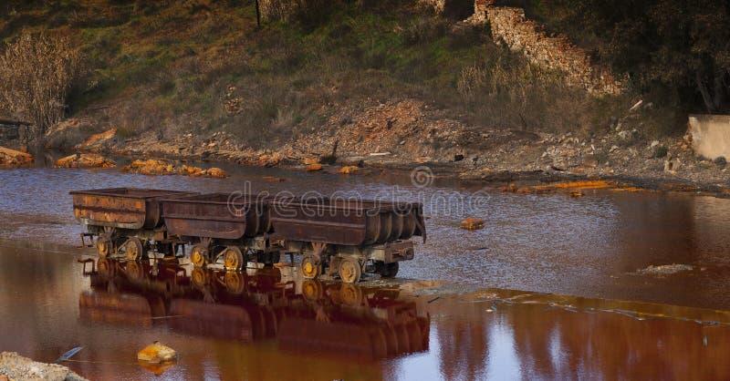 Carros minerales abandonados foto de archivo libre de regalías