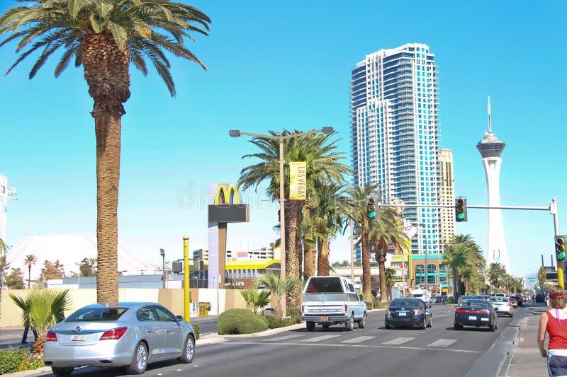 Carros na estrada na parte central da cidade em Las Vegas, Nevad fotografia de stock