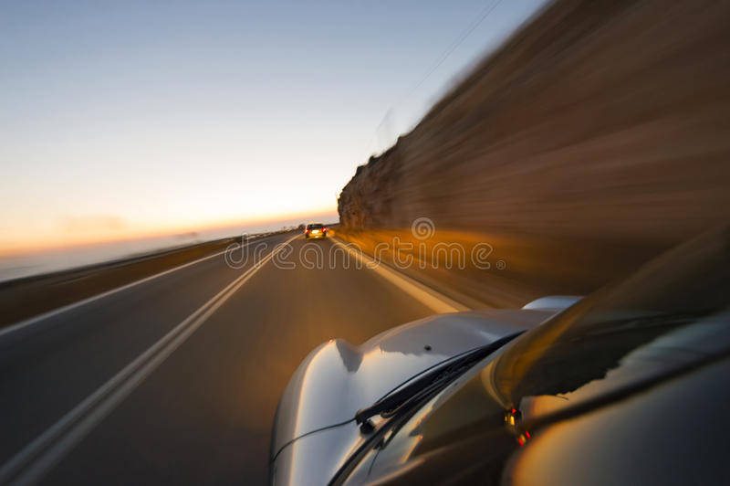 Carros na estrada no crepúsculo fotografia de stock