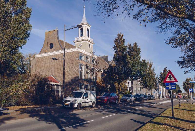 Carros na frente de Evangelische Gemeente De Ambassade imagens de stock