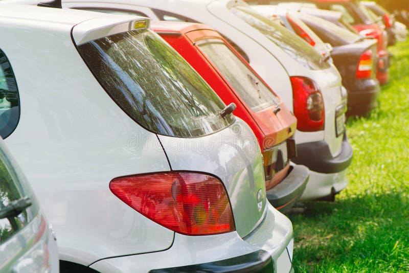 Carros na grama verde imagens de stock