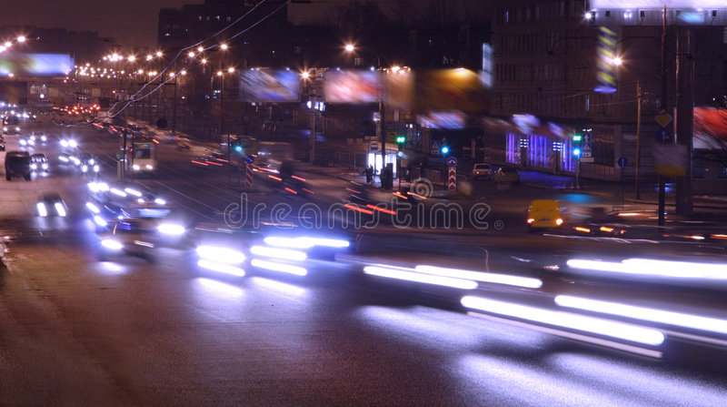 Carros na noite fotos de stock