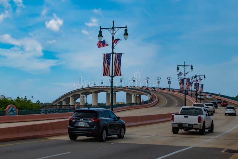 Carros na ponte de Broadway no fundo lightblue do céu foto de stock royalty free