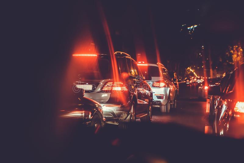 Carros no engarrafamento da noite Vista atrás dos carros Os carros são luz vermelha, amarela da noite Engarrafamentos na cidade c fotos de stock