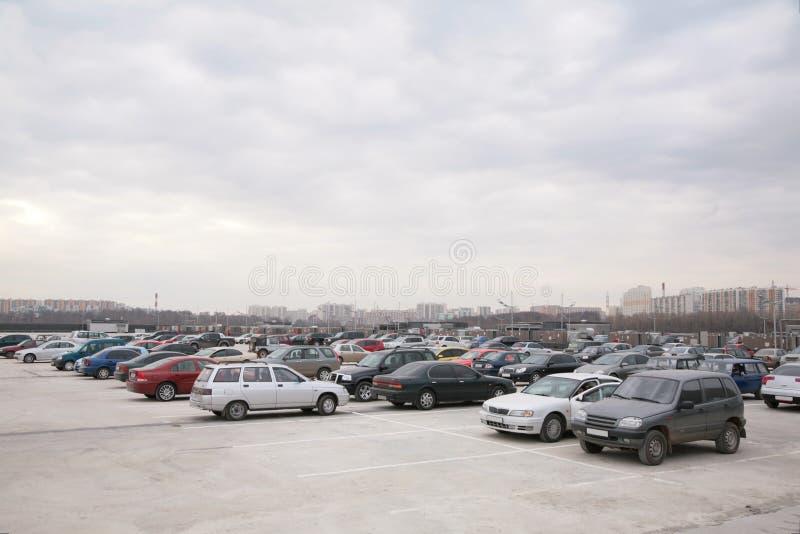 Carros no estacionamento foto de stock