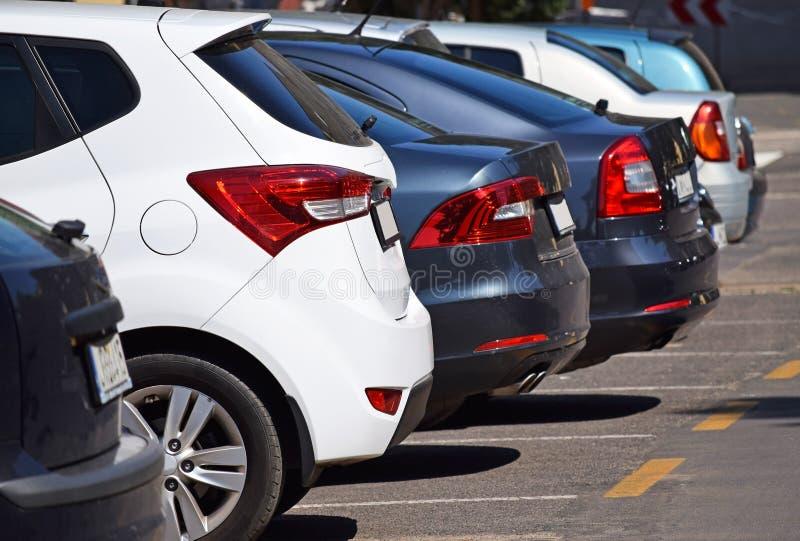 Carros no lote de estacionamento fotos de stock royalty free