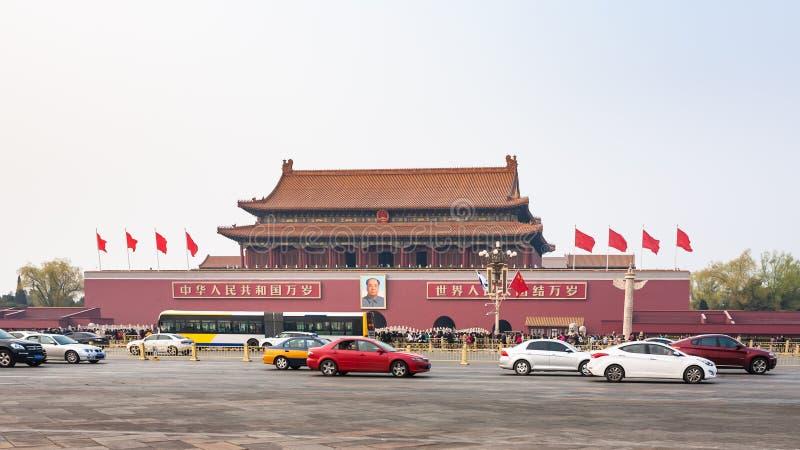Carros no ` ocidental de Chang uma avenida perto do Tiananmen imagem de stock