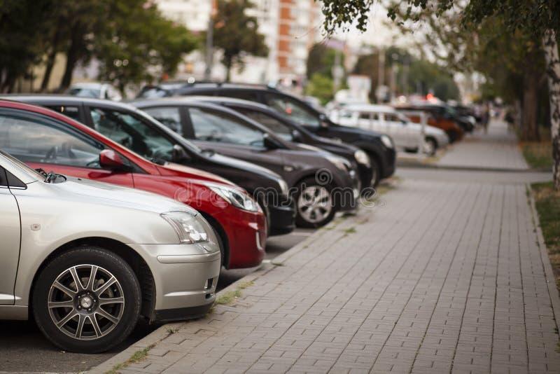 Carros no parque de estacionamento da cidade fotografia de stock