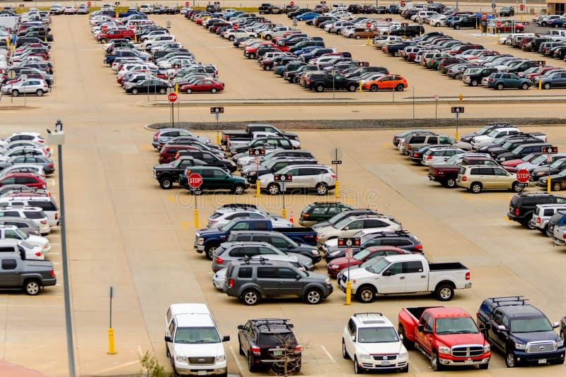 Carros no parque de estacionamento do aeroporto no diâmetro fotografia de stock