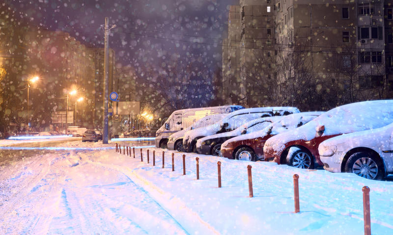 Carros no parque de estacionamento no inverno foto de stock