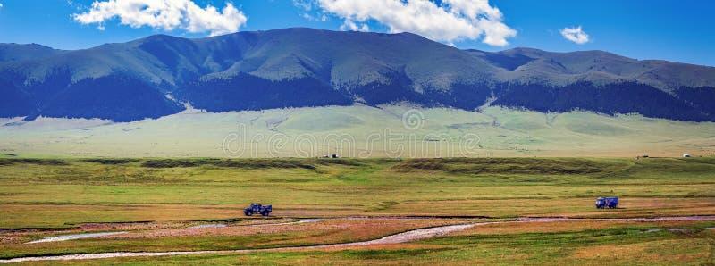 Carros no platô da montanha do ensaio Cazaquistão, reagrupa 2016 SILK-WAY fotografia de stock royalty free