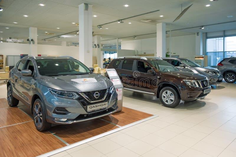 Carros novos de Nissan no negócio oficial foto de stock royalty free