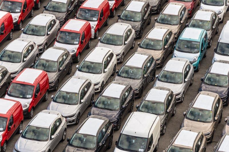 Carros novos prontos para enviar no porto de Savona, Itália imagem de stock