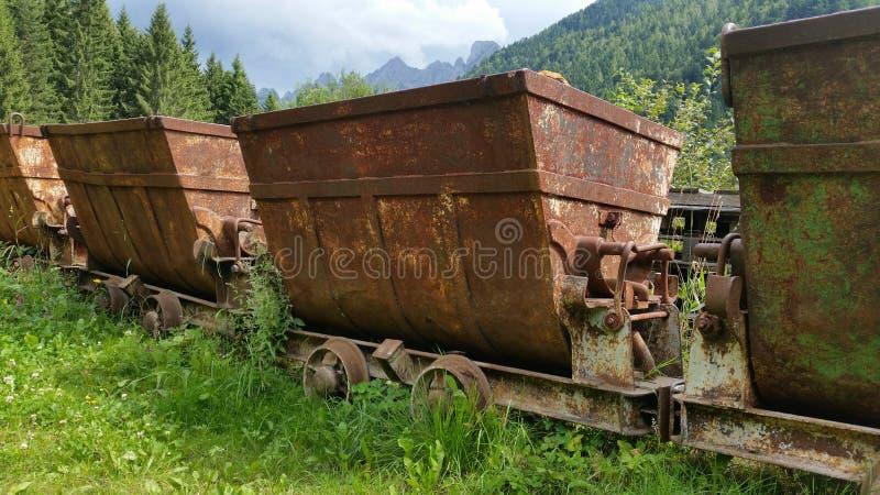 Carros oxidados velhos para transportar materiais da mina Schilpario, Bergamo, Itália imagens de stock royalty free