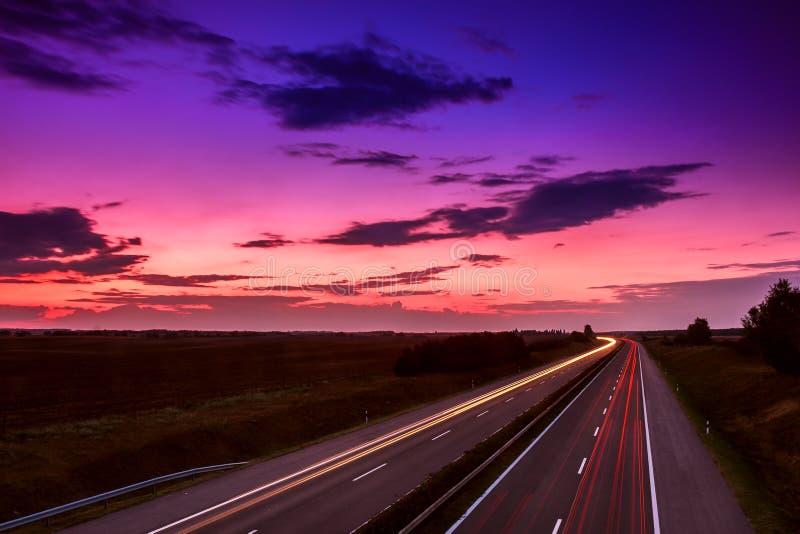 Carros que apressam-se em uma estrada foto de stock
