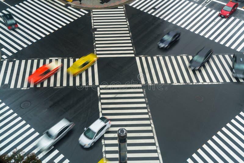 carros que cruzam a interseção ocupada, Sukiyabashi, Ginza, Tóquio fotos de stock royalty free