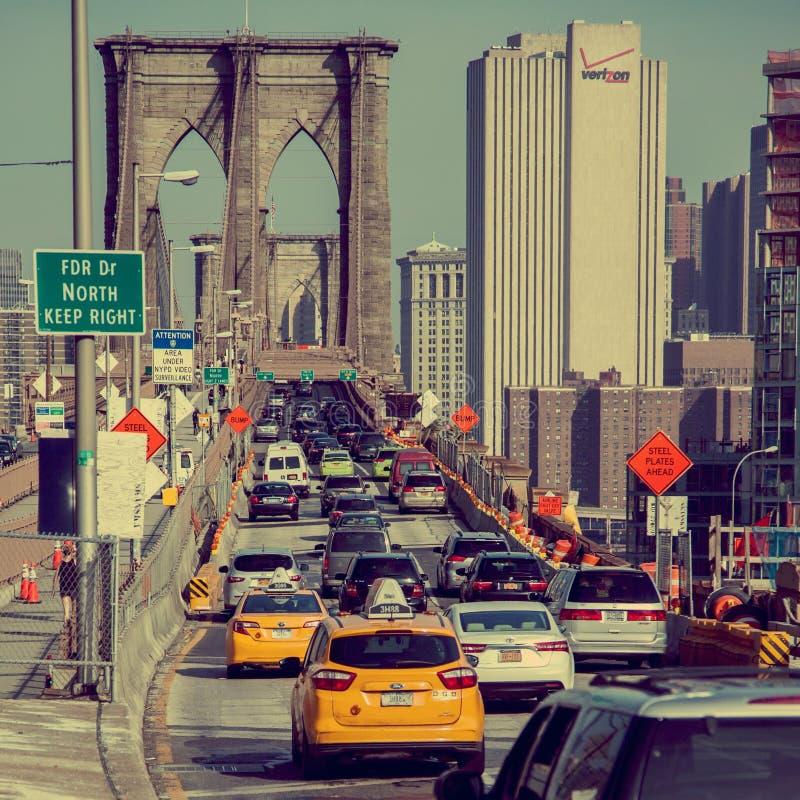 Carros que cruzam a ponte de Brooklyn fotos de stock royalty free