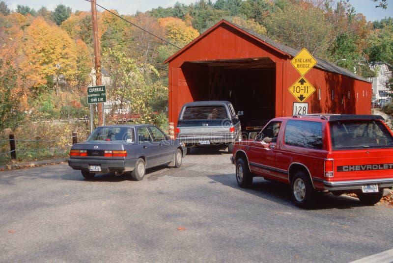 Carros que entram na ponte coberta fotografia de stock