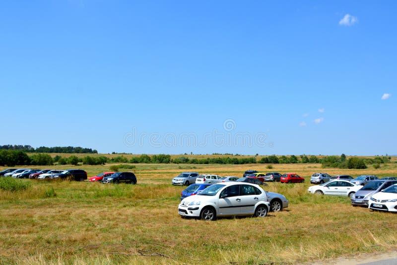 Carros que esperam perto do monastério da caverna de Sinca Veche fotografia de stock