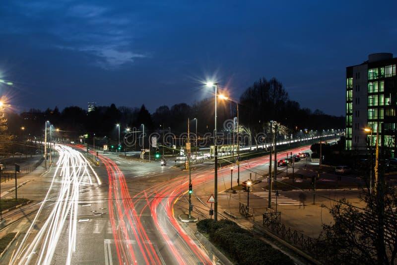 Carros rápidos na cidade fotografia de stock royalty free