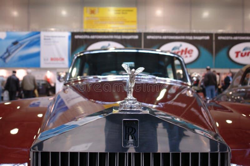 Carros retros de rolls royce do logotipo do carro na exposição na cidade Hall Moscow 2008 do açafrão imagem de stock royalty free
