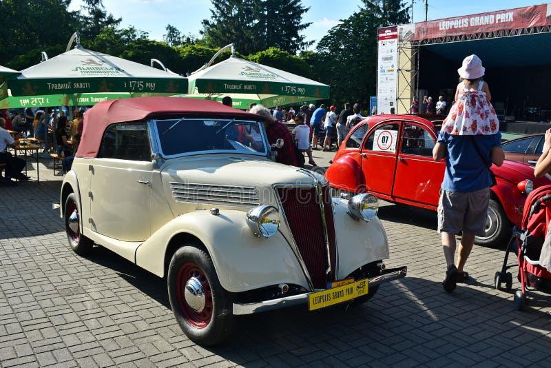Carros retros em Lviv fotografia de stock