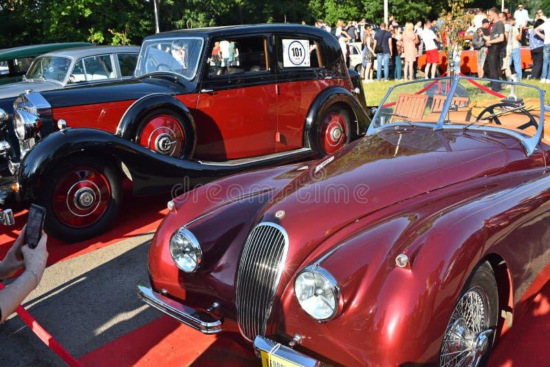 Carros retros em Lviv fotos de stock royalty free