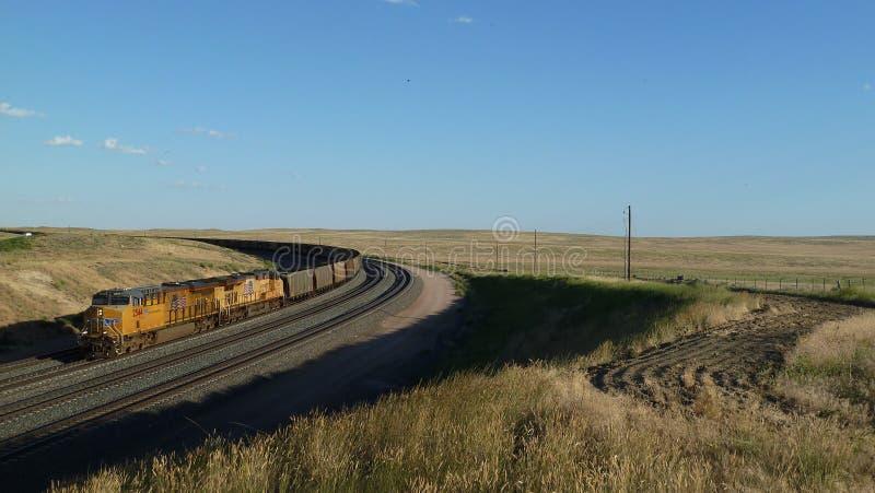Carros vazios do trem e de trilho de carvão em Wyoming, EUA imagem de stock royalty free