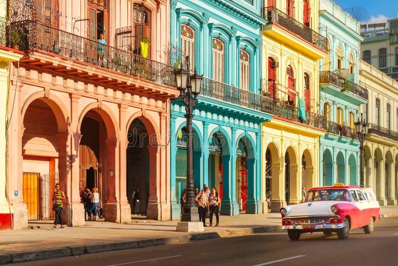 Carros velhos clássicos e construções coloridas em Havana do centro foto de stock